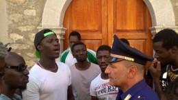 """PROTESTA DEI MIGRANTI AI QUALI """"NON PIACE IL NOSTRO CIBO!"""""""