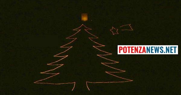 Albero Di Natale Grande.Tito Manca Poco Sta Per Accendersi L Albero Di Natale Piu Grande