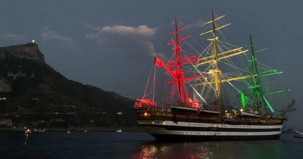 Golfo, spettacolo in mare dell'Amerigo Vespucci. Da Palinuro a Maratea con l'omaggio tricolore davanti al Cristo.